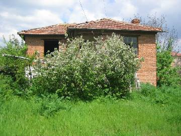 PL 254 Newly Reduced price. Two storey house for sale in Bulgaria with good sized plot in need of Renovation.