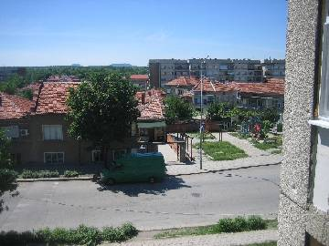 EL 300 The apartment we offer for sale is located about 10 minutes walking from the centre of the town of Elhovo.