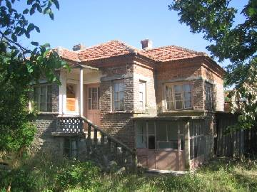 PL 277 -30% off the price! At the end of this picturesque and well-developed village near Burgas is located a character very well preserved house at incredible price!!