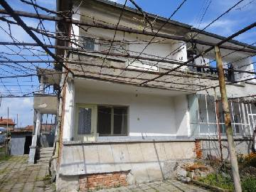 VL 825  In ecollogicaly clean areaBig Buildings available with the propety, Garage, lovely patio, South Exposure, plot in regulation 500sq.m, Aspahlt Road. Top Location, Panoramic Views! In the Town of Elhovo, 5min walk from the center.