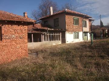 VL 930 Beautiful Holiday home, 1hour and fifteen min drive from the coast, close to Elhovo, House in good condition, at the outskirts of the village