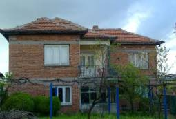 Well-maintained home in nice hilly area, small renovation project!