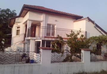 Excellent 4-BEDROOM HUGE home some 8km from the SEA, 3km to highway, 25min drive to the AIRPORT